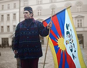 Vlajka Tibetu a vytrvalý Pavel Roško...